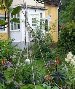 Hus från 30-talet med stor trädgård - Motala - Hus