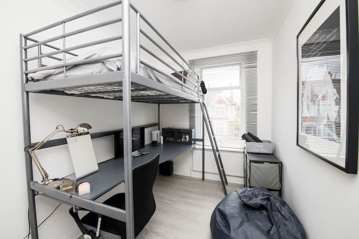 Stylish Self Contained Studio Style London Living!