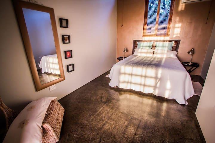 Bedroom (#3) with queensize bed