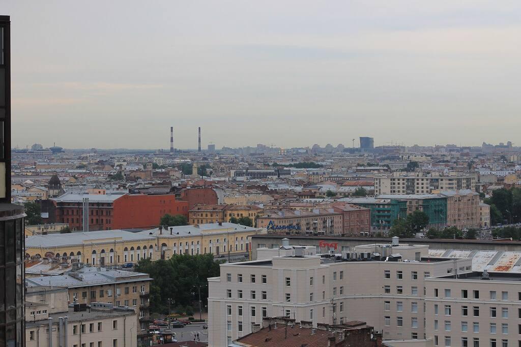 Вид на город с подъездного балкона