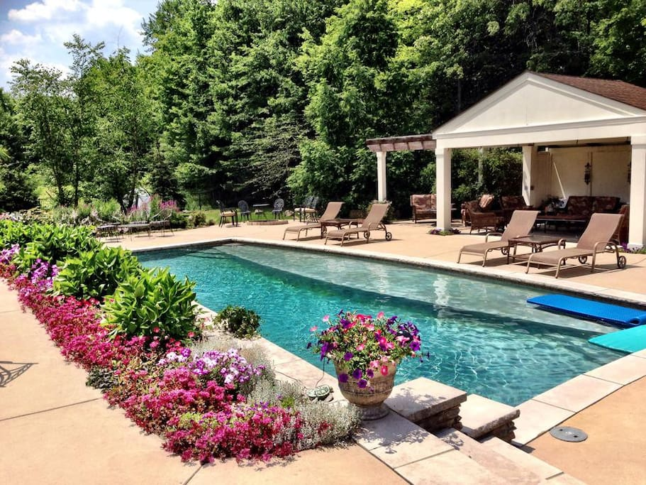 5 waterfalls, vacation style back yard,  Large commercial grill