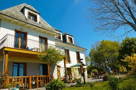 Complete Chambres d'Hôtes (B&B) - Riom-és-Montagnes - 独立屋