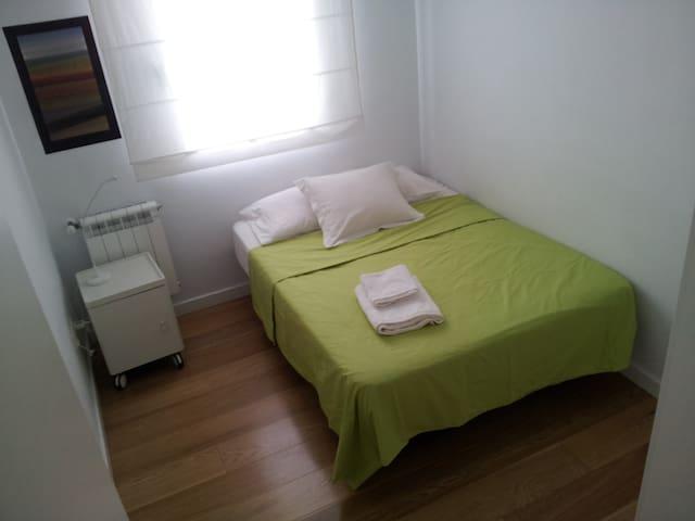 Habitación luminosa, en piso céntrico y tranquilo
