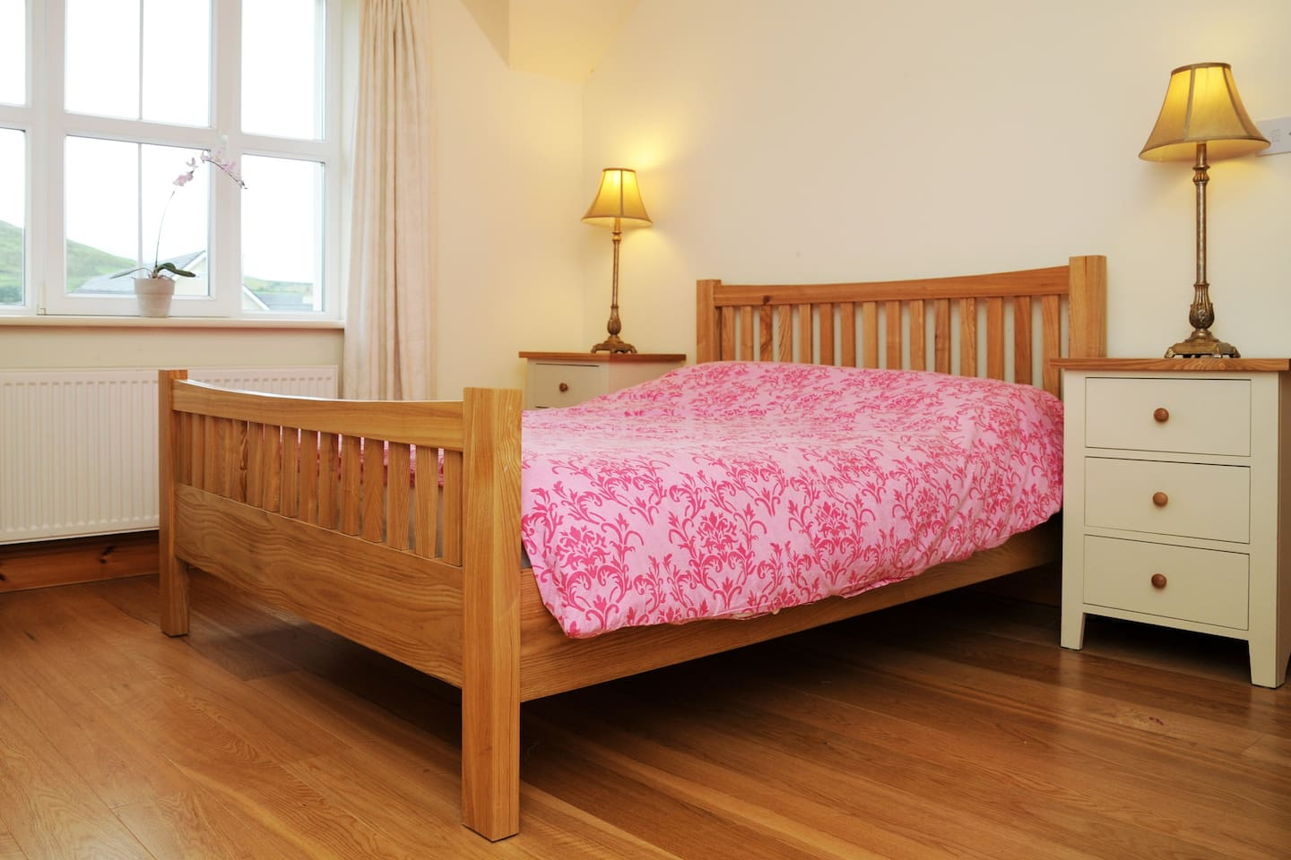 Double bed room with Connor Pass Mountain view.