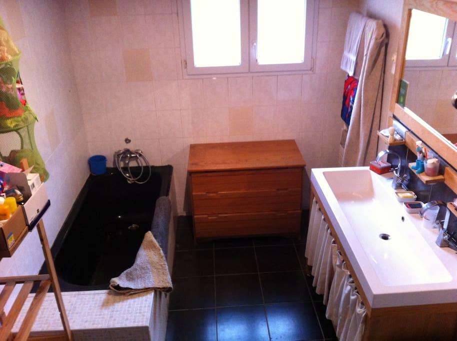 salle de bain douche + baignoire + porte serviette chauffant