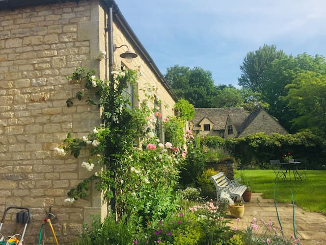 LUXURY DOUBLE ROOM  in a  Cotswold stone barn