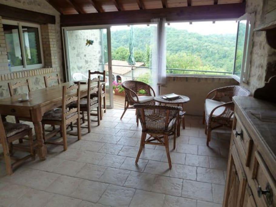 Véranda avec petit balcon
