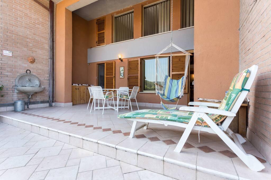 veranda. con fontana e sdrai per rilassarsi al sole