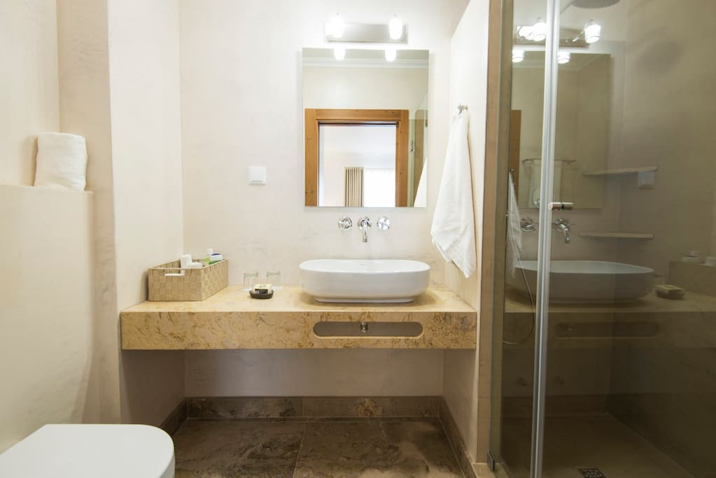 Casa de banho de simples formas e texturas.