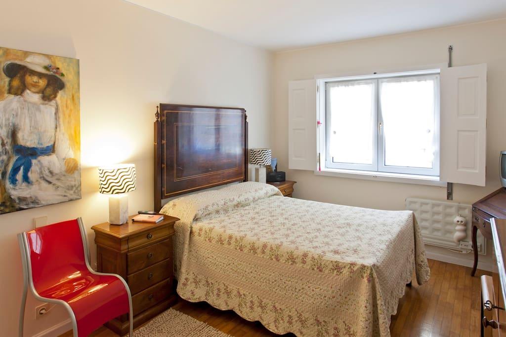 quarto com uma cama de casal, uma opção