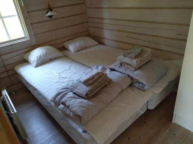 Sovrum inne i storstugan.