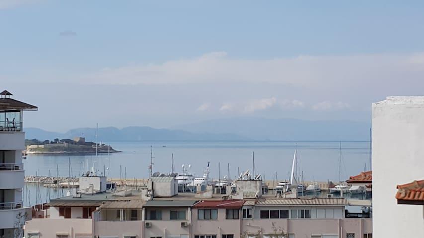 Deniz ve şehir manzaralı, merkezde