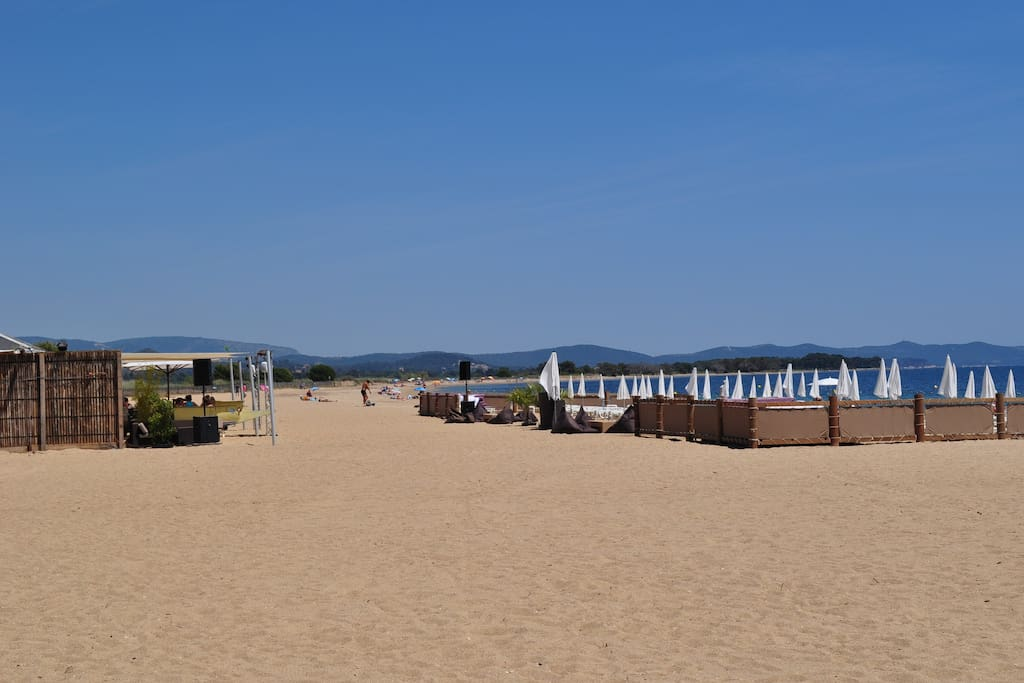 ... grande plage de sable fin à 200m