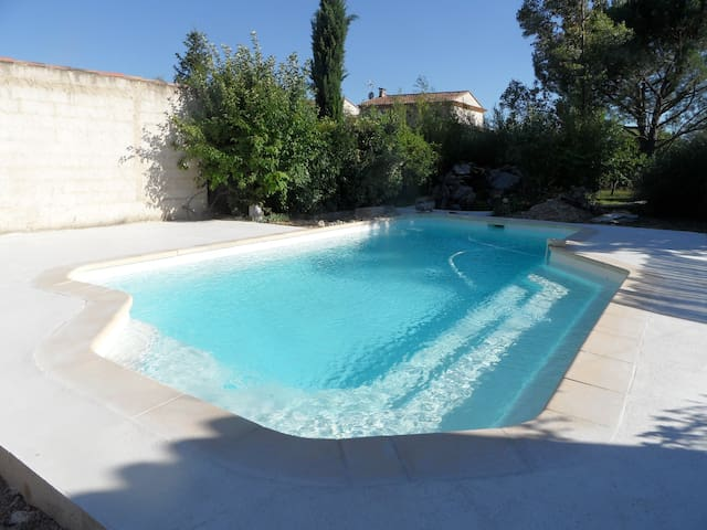 chbre independante  vue / piscine - Villelaure - Bed & Breakfast
