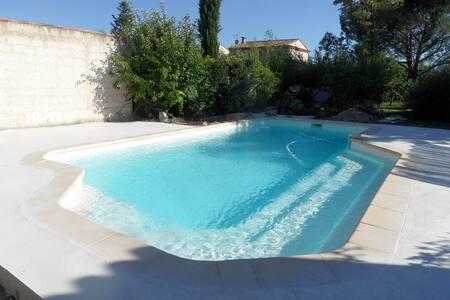 chbre independante  vue / piscine - Villelaure