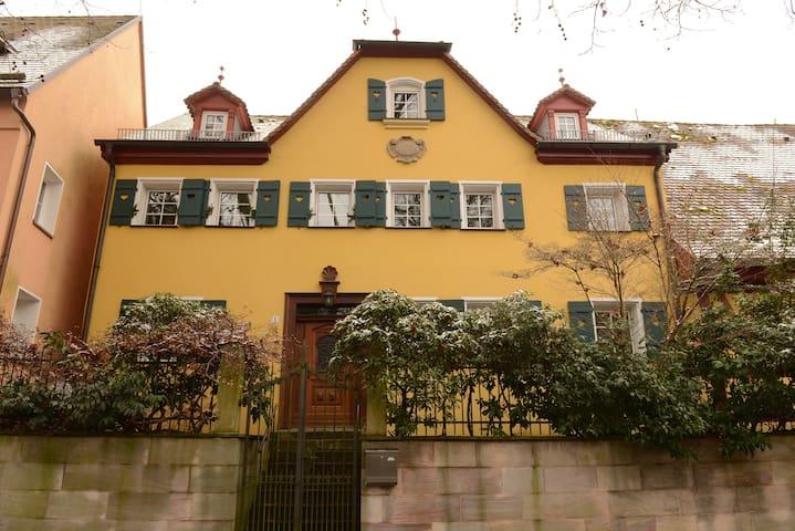 """Ferienwohnung """"Gelbes Haus am Park"""" - Lauf an der Pegnitz - House"""