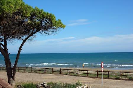 Primerísima línea, con terraza frontal al mar. - Alcossebre - 아파트