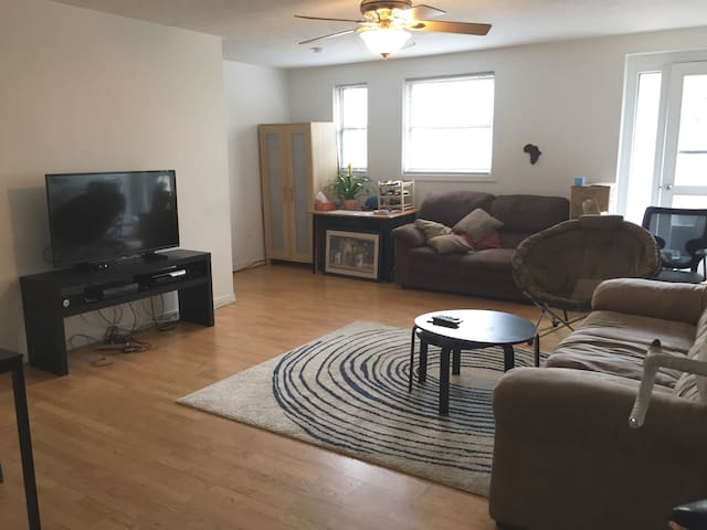 Cozy rm w/Lg Living area near Yale - New Haven - Daire