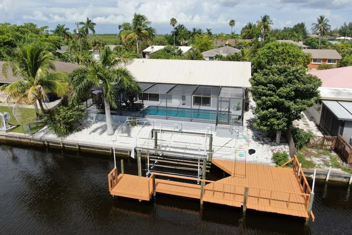 Enjoy Your Own Private Waterfront Home in Matlacha Isles! Heated Pool, Gulf Access Canal, Free WiFi!
