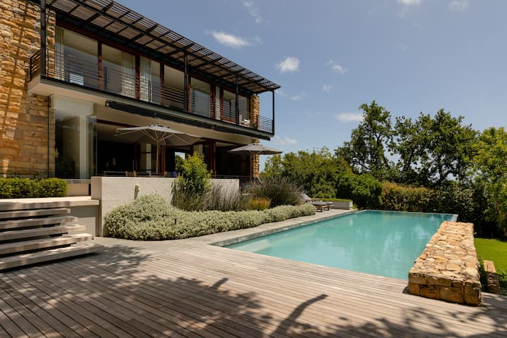 Luxurious Camps Bay retreat, large pool, views