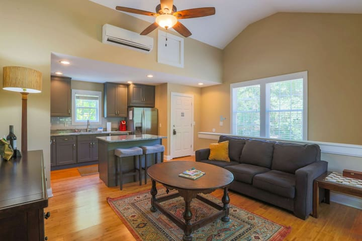 5 Mins from Downtown Charleston & 15 Mins from Beach! New Pet Friendly Carriage House in quiet area!