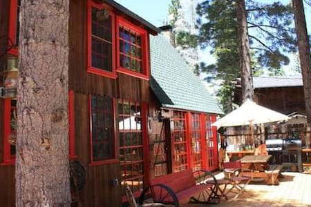 One of a kind whimsical cottage,lake view, hot tub, pier buoy! walk 2 bch-Greens - 塔霍玛 - 小木屋