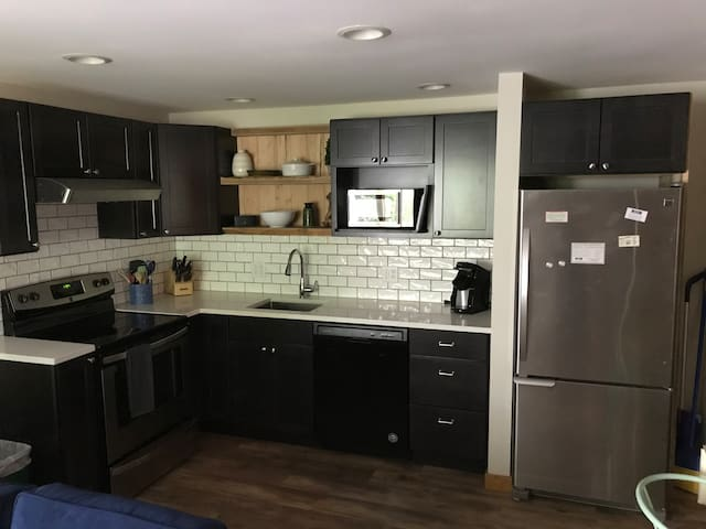 2 Bedroom Lower Unit Trailside Condo/New to Airbnb