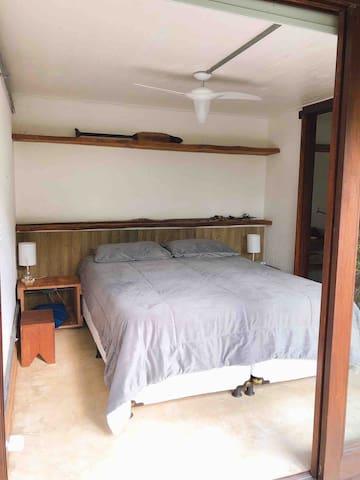 Primeira suíte do andar inferior, cama queen, blackout, ventilador de teto e ducha com aquecimento à gás.