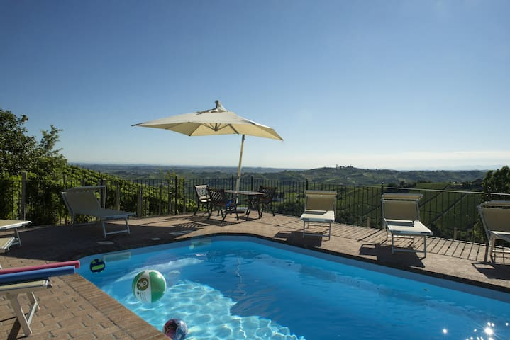 Spacious house with panorama pool! - castiglione Tinella