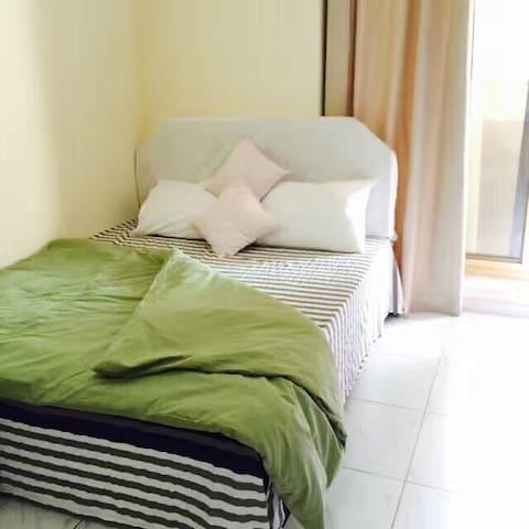 女生宿舍,双人床,干净,舒适,交通便捷。另有男生宿舍出租。
