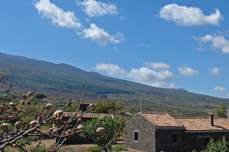 Cottage among the Etna's vineyards - Castiglione di Sicilia - Hus