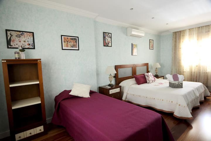 Amazing and sunny Room near Airport Sur