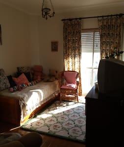 quarto privativo com casa de banho - Carnaxide - Lejlighed