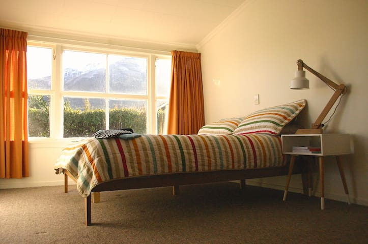 Lake Hawea, two bedroom cottage. - Lake Hawea