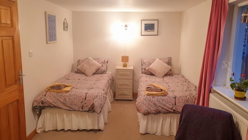 Cosy twin bed annex with en suite.