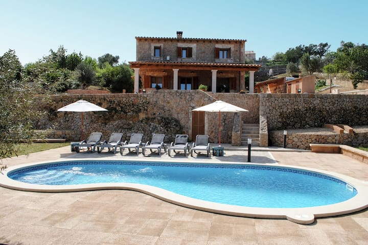 Comfortable country house with private pool and nice views of the mountains