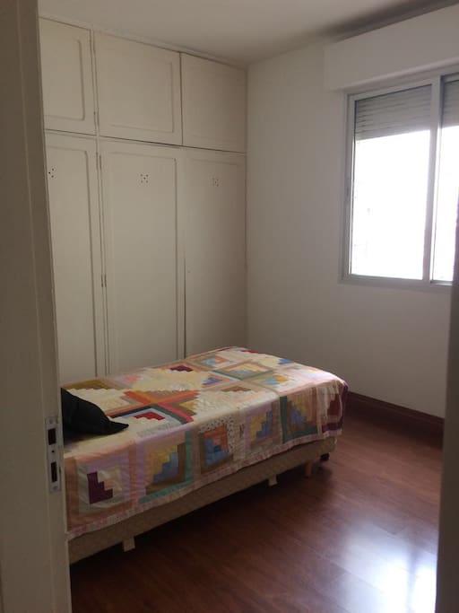 quarto privado - cama e quarta roupa
