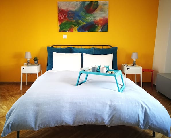 Bright and Colorful Apartment w/spacious balcony