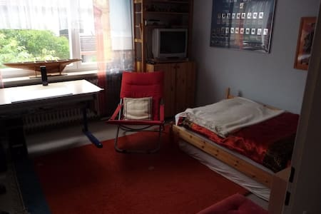 Nice quiet room in 2 storey-flat - München - Bed & Breakfast
