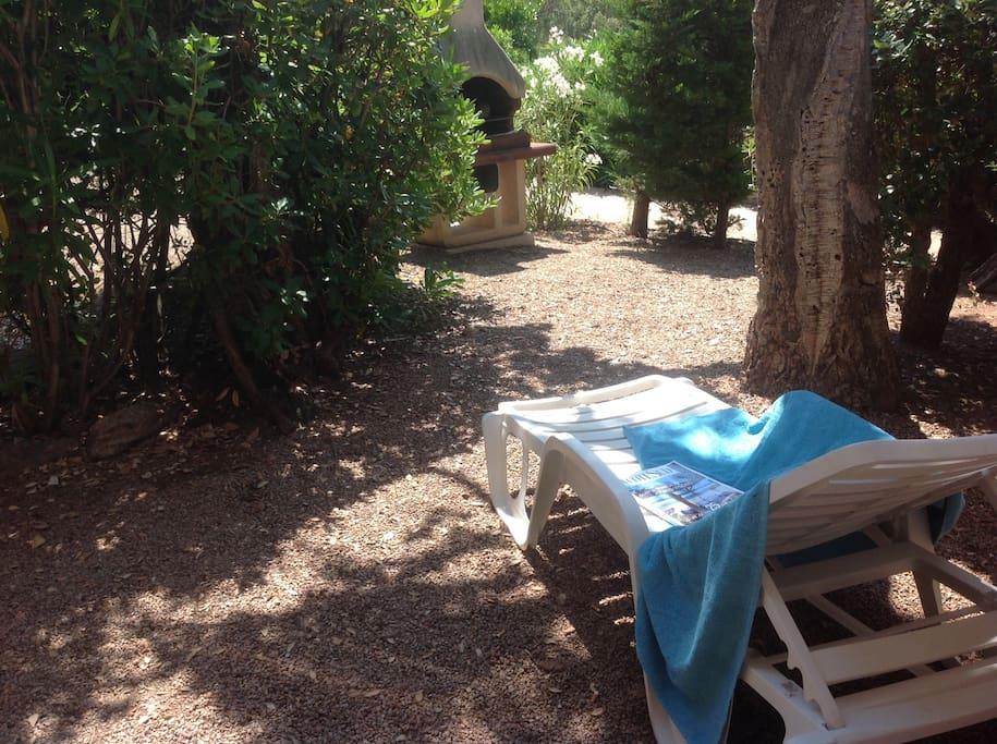 jardin ombragé avec barbecue et salon de jardin pour 4 personnes