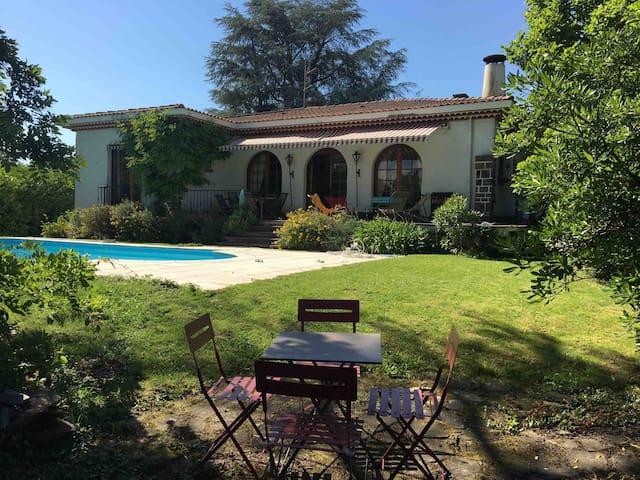 Chambre double aux pieds des Pyrénées avec piscine