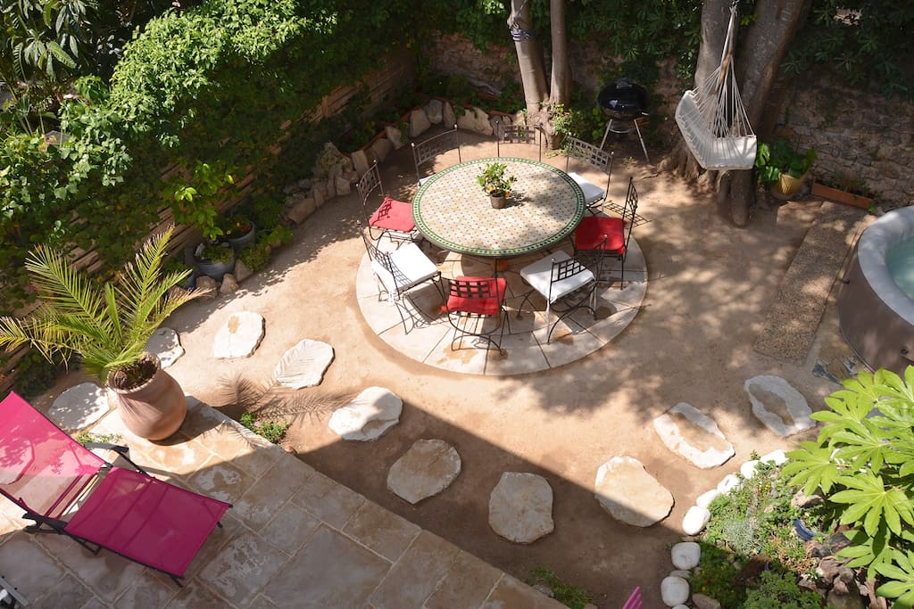 Jardin ombragé avec grande table marocaine 8 places.