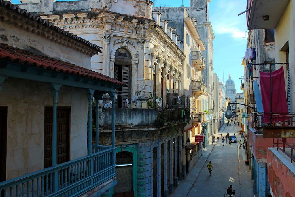 Street view from balcony (Vistas a la calle desde el balcón)