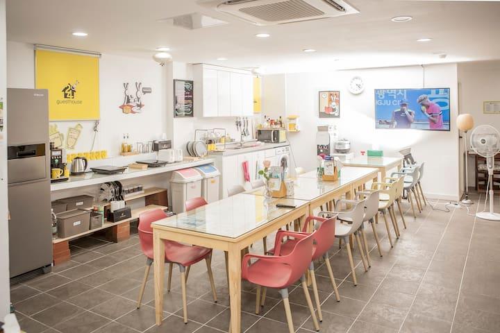 최근에 지어 깨끗하고 한옥마을, 유명 맛집이 가까이 있는 24게스트하우스 전주점(2)