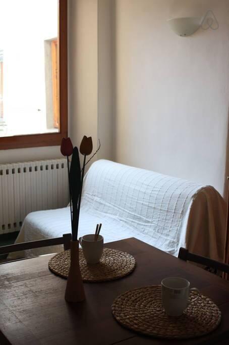 La cucina e il soggiorno con divano letto doppio
