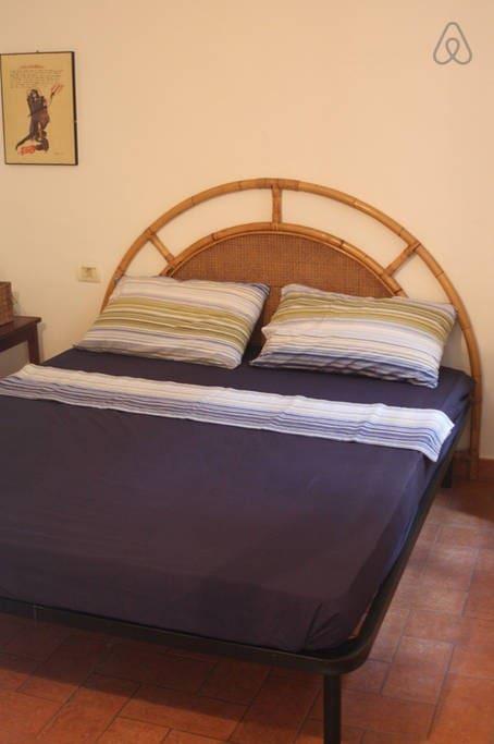 La prima camera da letto. Letto per due persone e ampio armadio