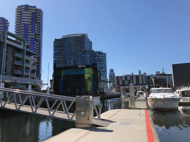 Large bedroom with water views in City/Docklands!
