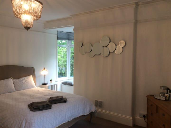 Bright ensuite kingsize room near Painswick/Stroud