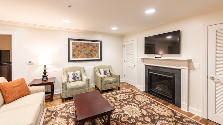 Amazing Patrick Henry Square, 2 Bedroom Suite