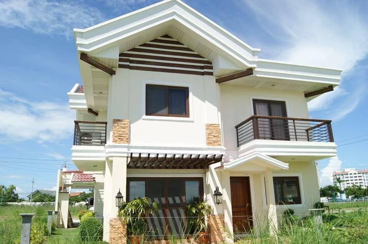 Beach House within Crimson Resort - Lapu-Lapu City - Haus